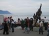 Freddies geschmückte Statue und einige Fans