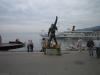 Freddies geschmückte Statue, Schiff im Hintergrund.(Aber das seht ihr ja selbst...)