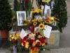 Freddies Statue: Blumen, Briefe, Fotos und Zeichnungen.