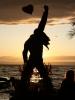 Freddies geschmückte Statue am Sonntag bei Sonnenuntergang.