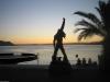 Freddies geschmückte Statue nach Sonnenuntergang am Montag – ohne Wolken.