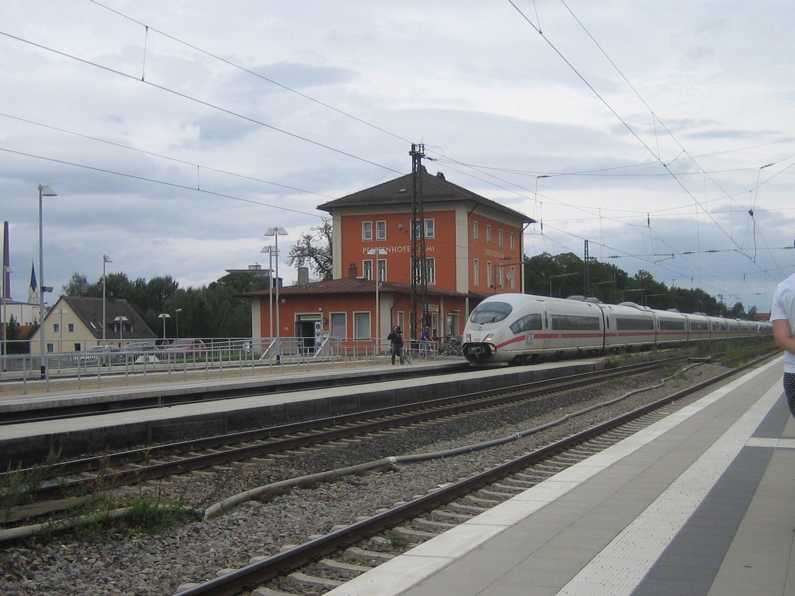 Bahnhof mit durchfahrendem ICE