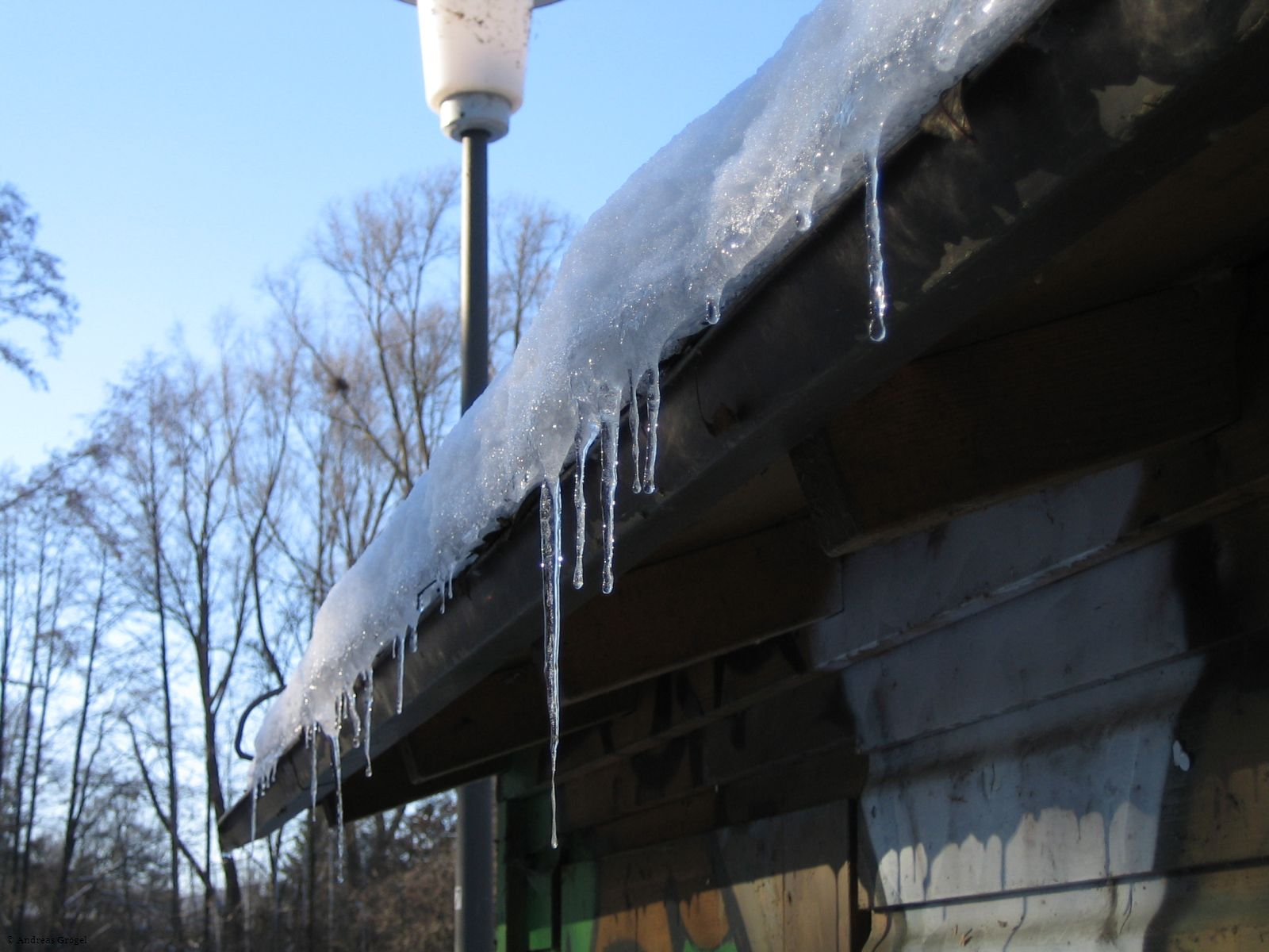 Eiszapfen an einer Hütte am Gerolsbach