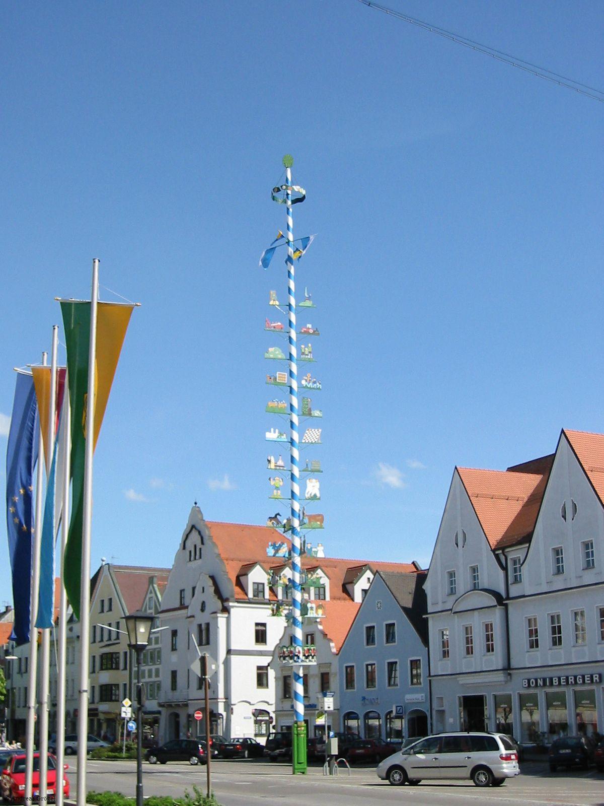 Maibaum auf dem Hauptplatz