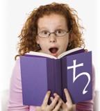 Frau überrascht von Buch