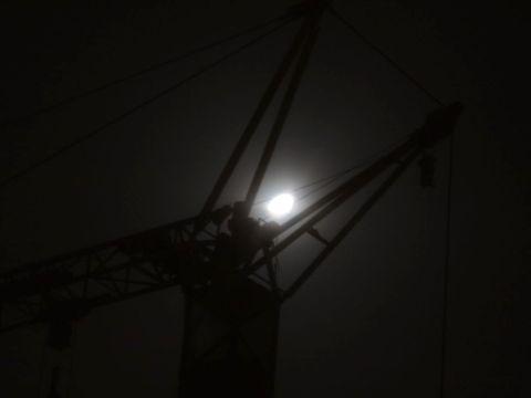 Mond und Kran