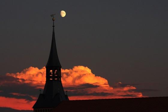 Abend mit Wolken, Mond und Turm