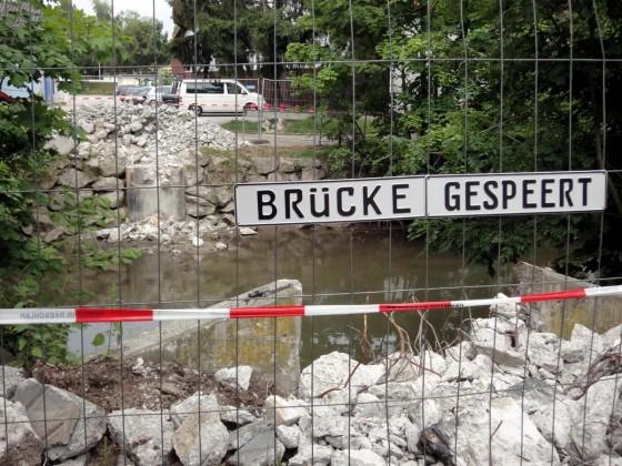 Schild an Absperrung: Brücke gespeert