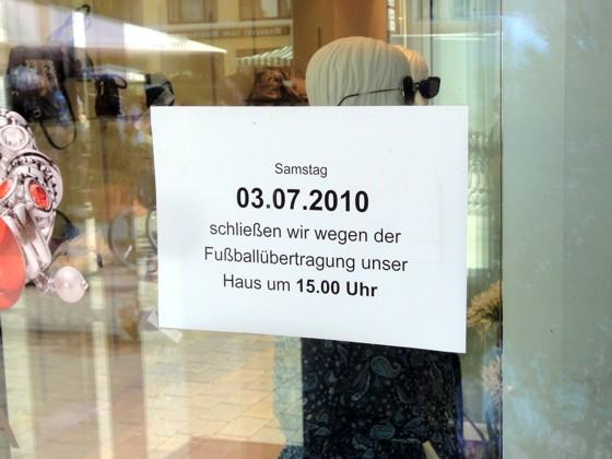 Kaufhaus-Schild: Samstag 03.07.2010 schließen wir wegen der Fußballübertragung unser Haus um 15.00 Uhr