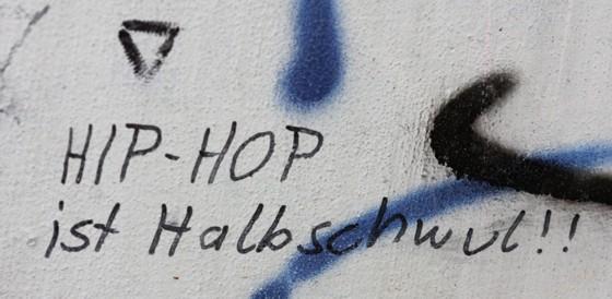 Wand-Kritzelei: HIP-HOP ist Halbschwul!!