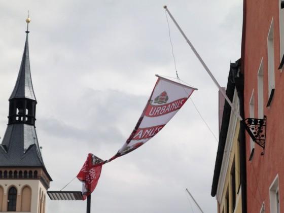 an Lampenmast verwickelte Fahne