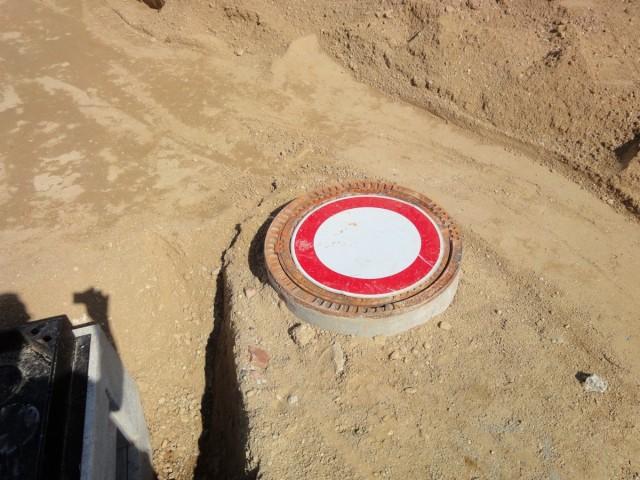 Verkehrszeichen auf Kanaldeckel in Baustelle