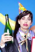 betrunkene Frau mit witzigem Gesicht