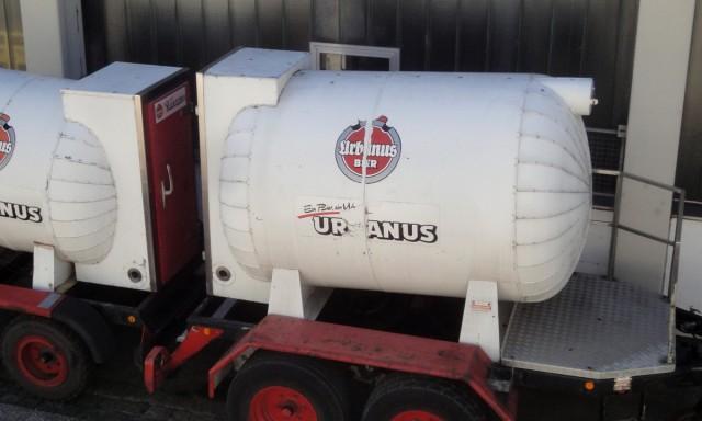 Kleiner Kesselwagen der Urbanus-Brauerei, bei dem das B nicht mehr lesbar ist