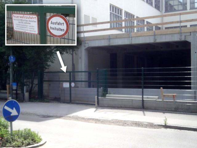 Schild Ausfahrt freihalten vor Neubau