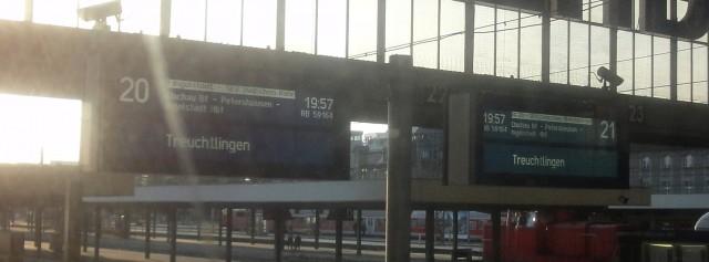Gleicher Zug auf den Anzeigen von zwei Gleisen