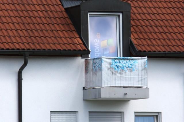 Balkontür mit Windows-XP-Plakat als Rollo