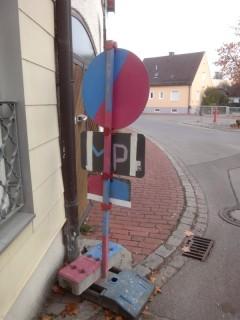 Baustellenschilder von hinten in blau und pink