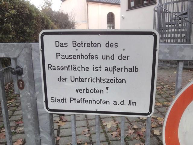 Schild: Das Betreten des Pausenhofes und der Rasenfläche ist außerhalb der Unterrichtszeiten verboten!