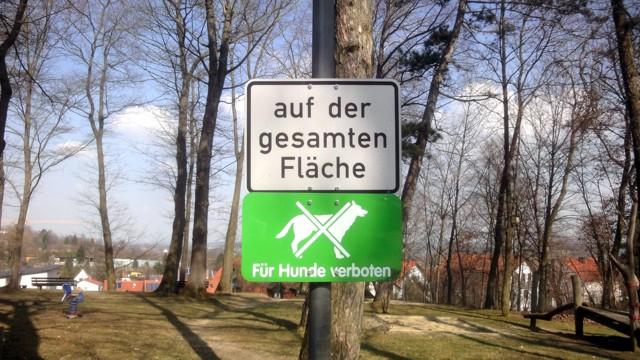 grünes Schild mit durchgestrichenem Hund: für Hunde verboten; Zusatzschild: auf der gesamten Fläche