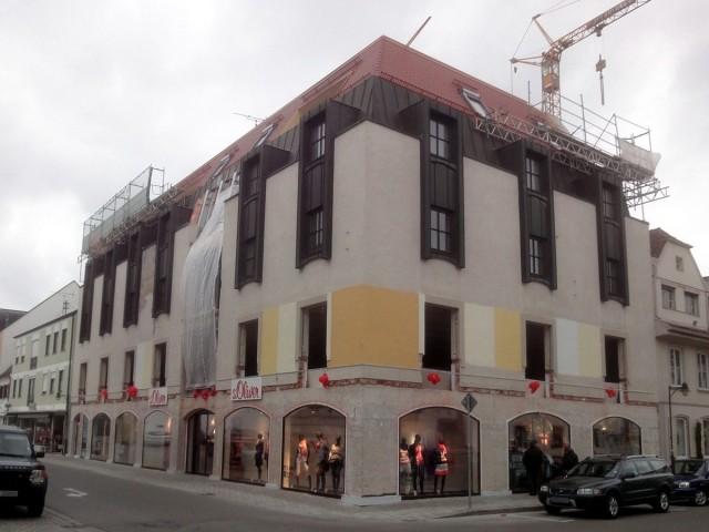 Modegeschäft-Neueröffnung im Erdgeschoss, Rest ist Baustelle