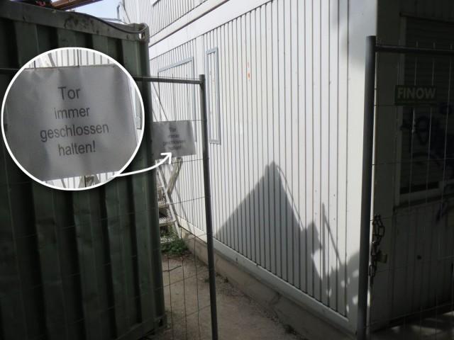 """Schild an offenem Baustellen-Tor: """"Tor immer geschlossen halten"""""""