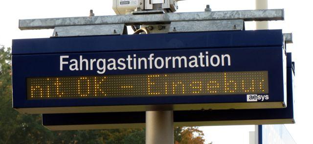 """Fahrgastinformationsanzeige am Bahnhof: """"nit OK - Eingebuc"""""""
