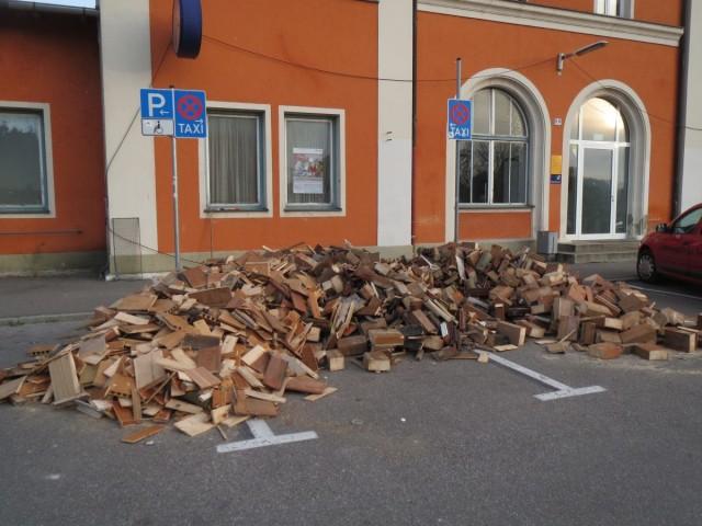 Holz vor dem Bahnhof