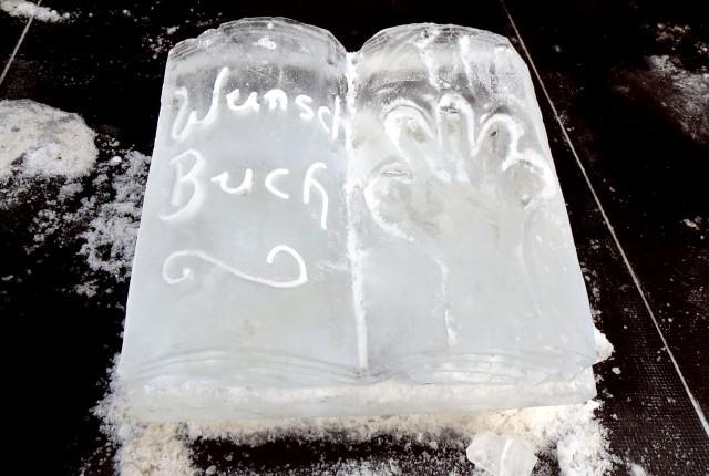 Eisskulptur: Wunschbuch