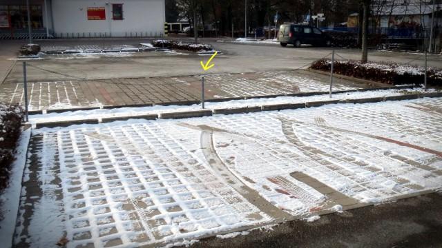 Parkplatzabsperrung: Kleine Stange zwischen großen Stangen
