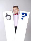 Junge mit zwei Tafeln