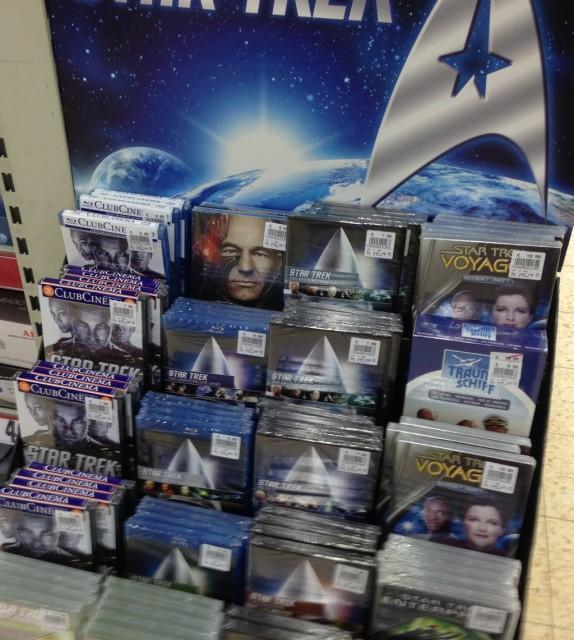Eine Traumschiff-DVD-Box unter lauter Star-Trek-DVDs/Blu-Rays