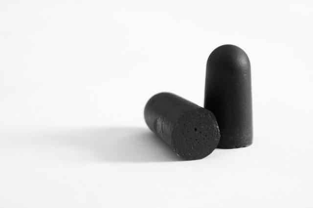 schwarze Ohrenstöpsel