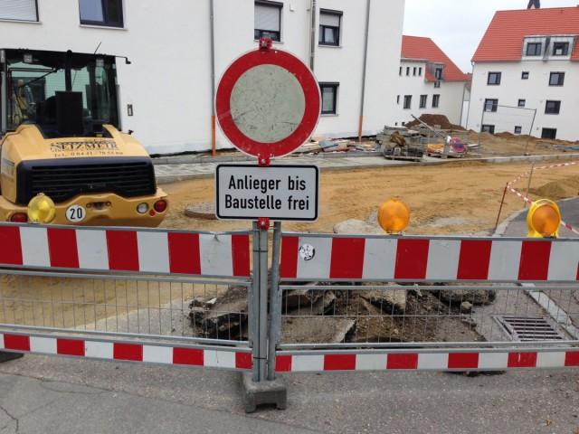 """Schild """"Anlieger bis Baustelle frei"""" direkt an der Baustelle"""