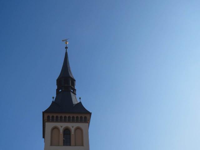 blauer Himmel mit Rathausturmspitze IMG_4396