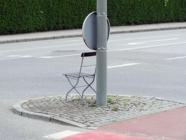 Klappstuhl auf einer Verkehrsinsel