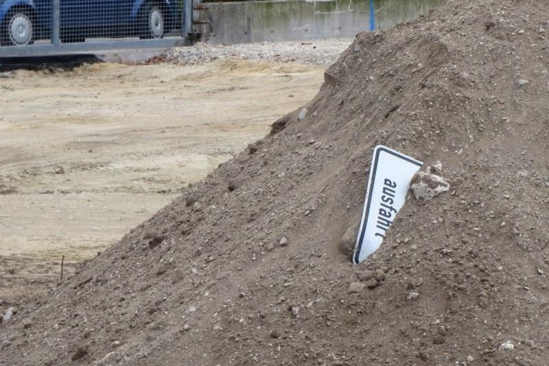"""weitgehend vergrabenes Schild, auf dem noch """"ausfahrt"""" zu lesen ist"""