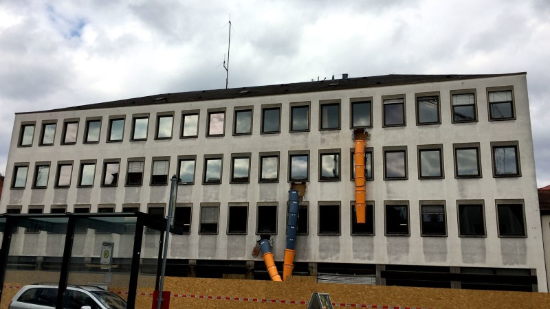 Landratsamt während Renovierung mit drei Bauschutt-Röhren