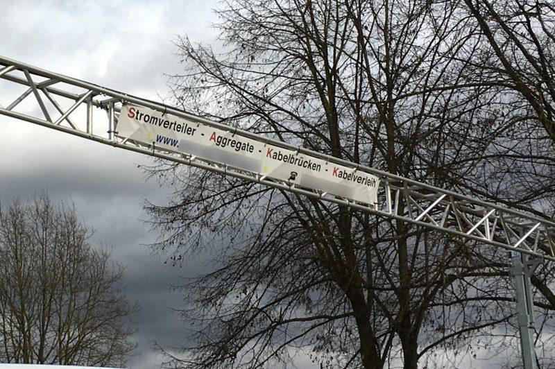 Firmenbanner auf Kabelbrücke: Stromverteiler - Aggregate - Kabelbrücken - Kabelverleih