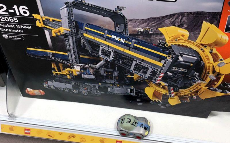 billiges Muster-Spielzeugauto vor großem Lego-Technic-Set