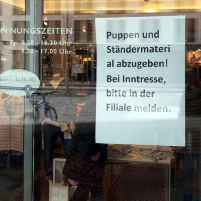 Schaufensteraushang: Puppen und Ständermateri al abzugeben. Bei Inntresse, bitte in der Filiale melden