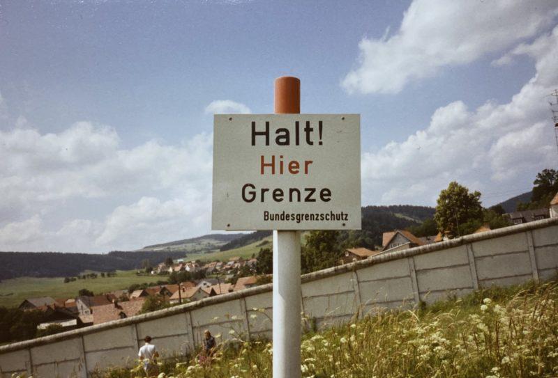 """Schild """"Halt! Hier Grenze"""" vor Grenzmauer zur DDR"""