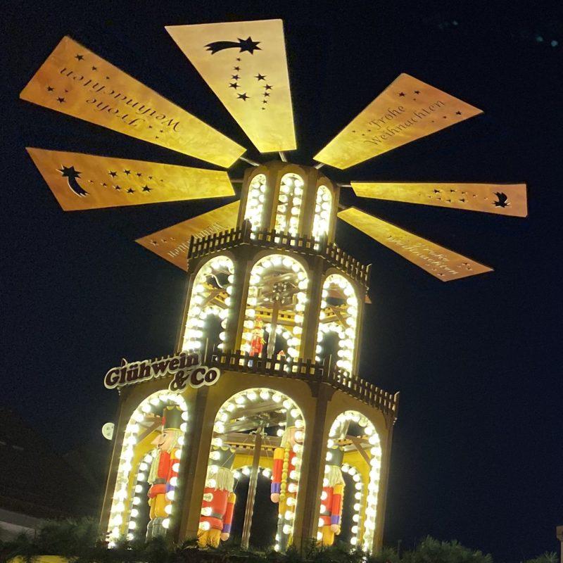weihnachtliche Windmühle mit Glühwein auf Christkindlmarkt