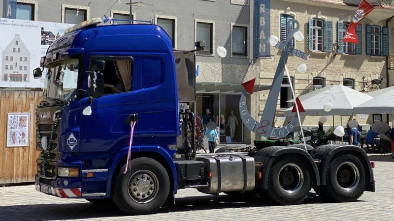 Anker mit Herzen und Namen auf geschmücktem Lastwagen